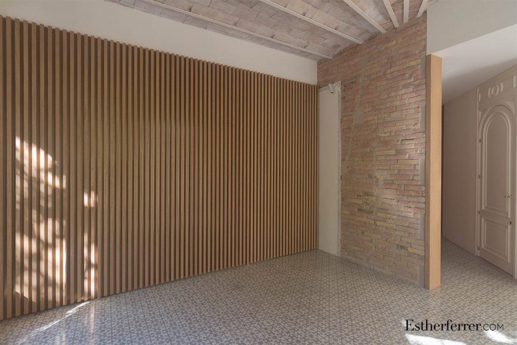 cómo reformar un piso modernista en barcelona sin estropearlo: elementos clásicos y contemporáneos. Costillas de madera, suelos hidráulicos, pared de ladrillo