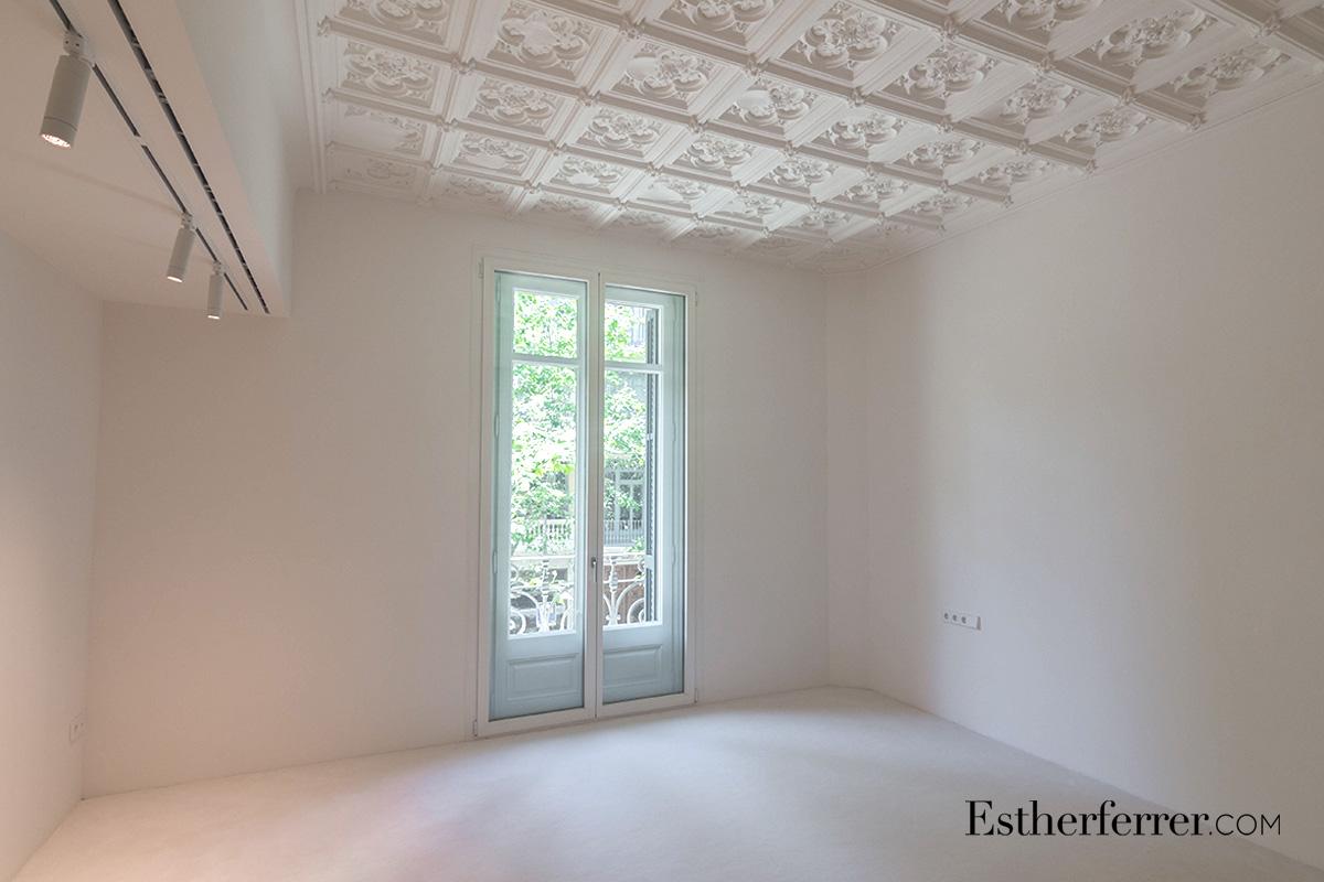Reforma integral de piso modernista en l'Eixample. Suite. Techo artesonado blanco