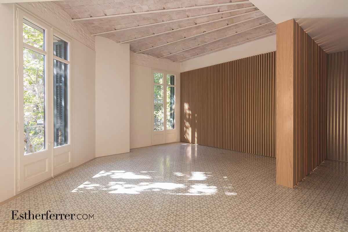 reforma integral de piso modernista en l'eixample de Barcelona. sala con costillas de madera